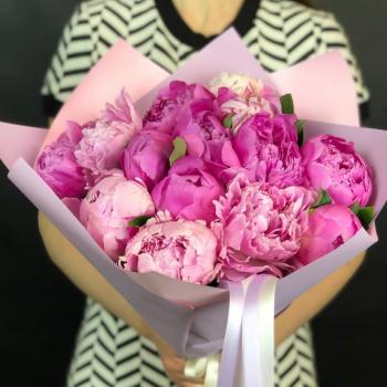 Букет из 15 ярко-розовых пионов