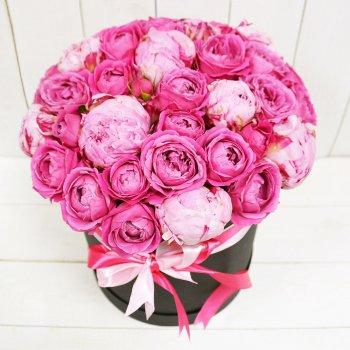Букет из пионовидной розы и пионов в коробке
