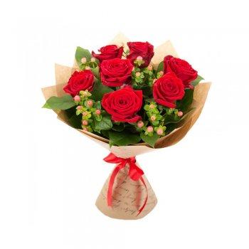 Букет из 7 роз и 5 гиперикум розовый