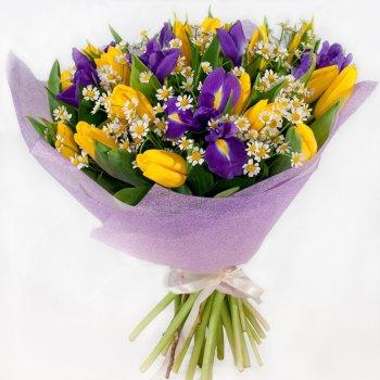 Букеты из желтых тюльпанов и ирисов