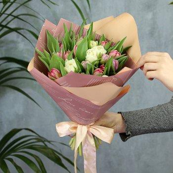 Букет из 25 бело-розовых пионовидных тюльпанов