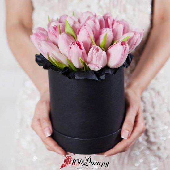 Букет из 25 розовых тюльпанов в коробке