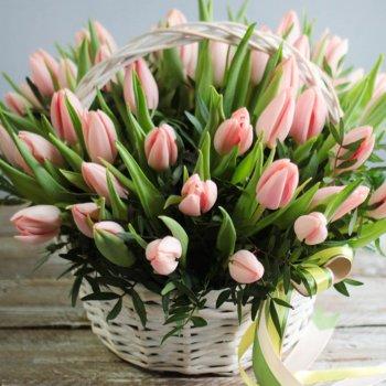 Корзина из 35 персиковых тюльпанов